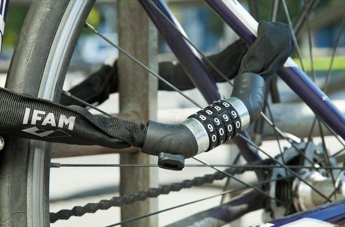 cadena-antirrobo-bici-combinacion-milan-uso